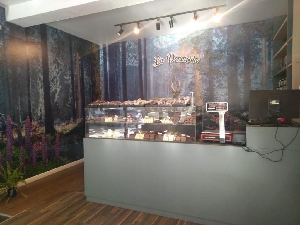 La Península chocolateria, dulces y alfajores artesanales en Cipolletti, Río Negro. Con un gran mural viviente.