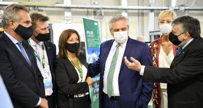 El Presidente de la Nación, Alberto Fernández y la Gobernadora de Río Negro, Arabela Carreras, firmaron en Bariloche el convenio para la provisión de radares 3D construidos por INVAP.