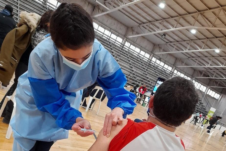 Comienza en la ciudad de Cipolletti la vacunación a personas mayores de 40 años sin factores de riesgo.