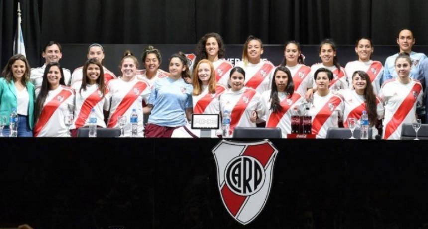 15 jugadoras de fútbol de River firmaron su primer contrato profesional
