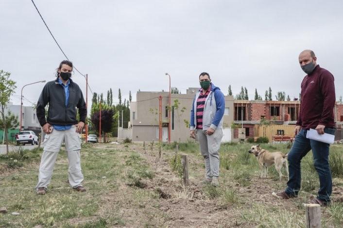 Vecinos transforman un baldío en una plaza