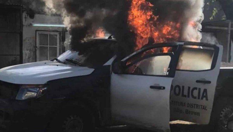 Defendieron a un narco e incendiaron un patrullero